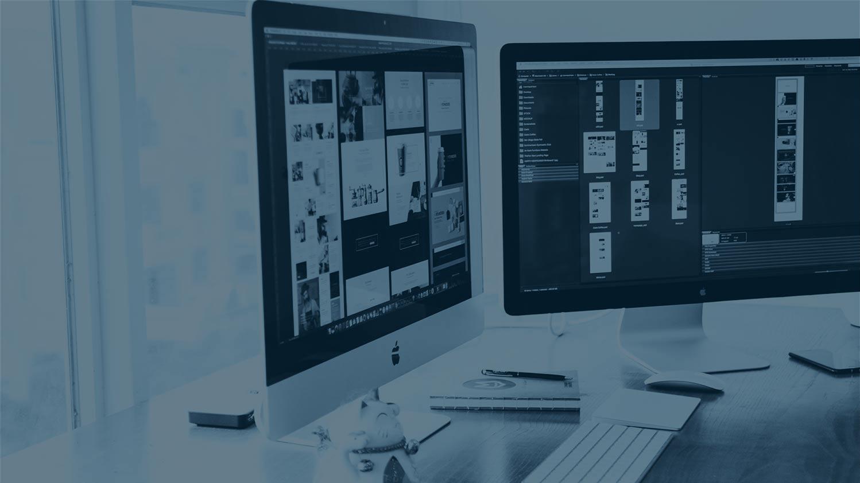 Voici une image qui représente une personne travaillant en tant que web designer.