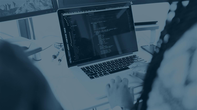 Voici une image qui représente une personne travaillant en tant que développeur full stack.