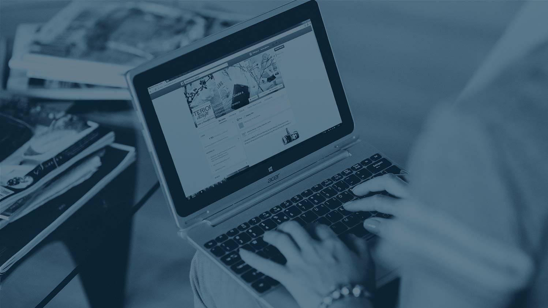 Voici l'image d'un Digital marketer en action