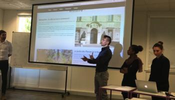 Les étudiants présentant leurs projets